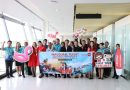 ต้อนรับพร้อมมอบของที่ระลึกให้กับผู้โดยสาร นักบินและลูกเรือเที่ยวบินปฐมฤกษ์สายการบินไทยแอร์ เอเชีย เที่ยวบินที่ FD641 เส้นทางการบิน พนมเปญ – ภูเก็ต